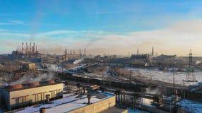 Luchtpanorama van industriële gebouwen, partij van werkplaatsen en ontwikkelde infrastructuur van installatie, in tegenstelling stock videobeelden