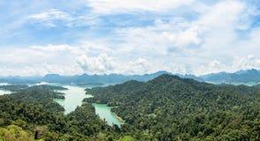 Luchtpanorama van meer, berg en bos op de meningspunt van Krai Sorn Stock Fotografie