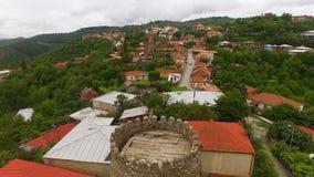 Luchtpanorama van middeleeuwse vesting en huizen in Sighnaghi-stad, Georgië stock videobeelden