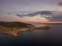 Luchtpanorama van stinica-Kroatië, klein eiland met veerbootterminal Mooi kustlandschap bij zonsondergang 7 7 stock foto