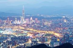 Luchtpanorama van Taipeh de stad in & voorsteden bij schemer met mening van Keelung-Rivieroeverpark Stock Foto