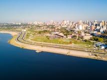 Luchtpanorama van wolkenkrabbershorizon van de Latijns-Amerikaanse hoofdstad van Asuncion, Paraguay Dijk van de rivier van Paragu royalty-vrije stock foto