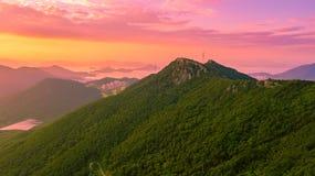 Luchtpanoramamening van Gyeryongsan-berg met zonsondergang in Gohyeon-stad van Zuid-Korea stock foto's