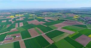 Luchtpanoramas van landbouwgebieden en windgenerators die elektriciteit veroorzaken Alternatieve energie, drie windturbines stock video