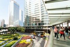 Luchtpassage met menigte van mensen in stedelijk verkeer en huis van glas en beton Stock Foto's