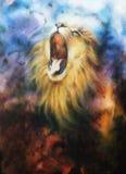 Luchtpenseel het schilderen van een brullende leeuw op een abstracte kosmische rug Stock Fotografie