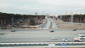 Luchtperspectief die van forenzenverkeer tusen staten brug op duidelijke, vroege ochtend kruisen video Luchtlengte van stock videobeelden