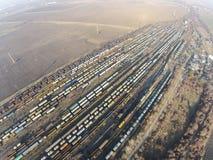 Luchtperspectief van geplaatste treinen stock foto's
