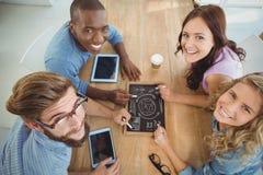Luchtportret van glimlachende bedrijfsmensen die bedrijfstermijnen op lei schrijven Stock Fotografie