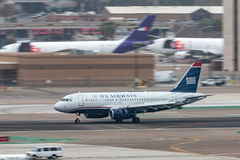 Luchtroutesluchtbus A319-132 die bij San Diego International Airport aankomen Stock Afbeeldingen