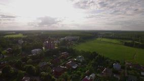 Luchtscène van dorp met Beklimmingskathedraal in Lukino, Rusland stock videobeelden