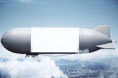 Luchtschip in hemel boven stad Stock Fotografie