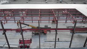 Luchtschot Het schieten van de lucht In het kader van de arbeiders zijn bouwers, opzetten het dak van de productie stock video