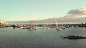 Luchtschot Jachthaven, een haven in een kleine visserijstad op de kusten van de Atlantische Oceaan Een groot aantal boten stock video