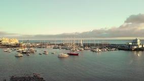 Luchtschot Jachthaven, een haven in een kleine visserijstad op de kusten van de Atlantische Oceaan Een groot aantal boten stock footage