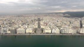 Luchtschot, kustlijn in Griekse stad van Thessaloniki, beweging vooruit door hommel