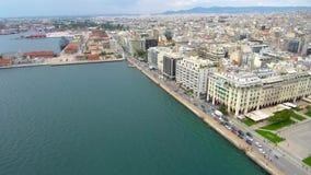 Luchtschot, kustlijn in Griekse stad van Thessaloniki, beweging voorwaarts en laag door hommel