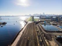 Luchtschot van een lijn van de auto's van de ladingstrein in Noord-Vancouver trainyard stock foto's