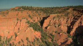 Luchtschot van het nationale park van de brycecanion over geërodeerde heuvels stock footage