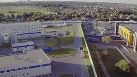 Luchtschot van Vrachtwagen met Semi Aanhangwagen die In bijlage Industrieel Pakhuis verlaten stock video