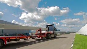 Luchtschot van Vrachtwagen met Semi Aanhangwagen die In bijlage Industrieel Pakhuis verlaten stock footage