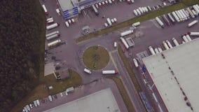 Luchtschot van vrachtwagen met semi aanhangwagen die in bijlage pakhuis complex verlaten stock footage