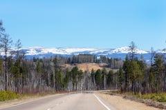 Luchtspiegeling op de weg aan de bergen Royalty-vrije Stock Foto