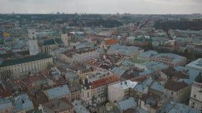 Luchtstad Lviv, de Oekraïne Europese stad Populaire gebieden van de stad daken stock video
