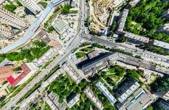 Luchtstadsmening met kruispunten en wegen, huizen, gebouwen, parken en parkeerterreinen Zonnig de zomer panoramisch beeld royalty-vrije stock fotografie