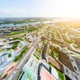 Luchtstadsmening met kruispunten en wegen, huizen, gebouwen, parken en parkeerterreinen Zonnig de zomer panoramisch beeld Stock Afbeelding