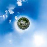 Luchtstadsmening met kruispunten en wegen, huizen, gebouwen, parken en parkeerterreinen Zonnig de zomer panoramisch beeld Stock Afbeeldingen