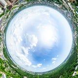 Luchtstadsmening met kruispunten en wegen, huizen, gebouwen, parken en parkeerterreinen Zonnig de zomer panoramisch beeld Stock Fotografie