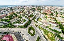 Luchtstadsmening met kruispunten en wegen, huizen, gebouwen, parken en parkeerterreinen Zonnig de zomer panoramisch beeld Stock Foto's