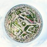 Luchtstadsmening met kruispunten en wegen, huizen, gebouwen, parken en parkeerterreinen Zonnig de zomer panoramisch beeld Royalty-vrije Stock Afbeelding