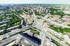 Luchtstadsmening met kruispunten en wegen, huizen, gebouwen, parken en parkeerterreinen Zonnig de zomer panoramisch beeld stock foto