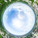 Luchtstadsmening met kruispunten en wegen, huizen, gebouwen, parken en parkeerterreinen Zonnig de zomer panoramisch beeld royalty-vrije stock afbeeldingen