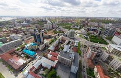 Luchtstadsmening met kruispunten en wegen, woningbouw Helikopterschot Panoramisch beeld royalty-vrije stock afbeelding