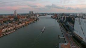 Luchtstadsmening van Rotterdam met rivier stock footage