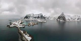 Luchtstandpunt van Lofoten Het landschap van het hommelpanorama van de visserijdorpen van Reine en Hamnoy-met fjorden en bergen i stock afbeelding