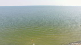 Luchtstrand en mensen die bij water zwemmen stock footage