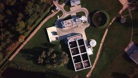 Luchttop down mening over afvalwaterzuiveringsinstallatie vliegen ook als behandelings van afvalwaterinstallatie wordt bekend of  stock videobeelden
