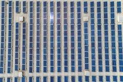Luchttop down mening over vele die Zonnepanelenrijen van fabrieksdak worden opgesteld stock fotografie