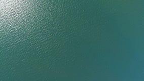 Luchttop down mening van hoge hoogte van groene zeewatertextuur stock footage