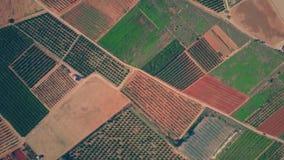 Luchttop down mening van kleurrijk gebieden, serres en boomgaardenpatroon in Spanje stock videobeelden