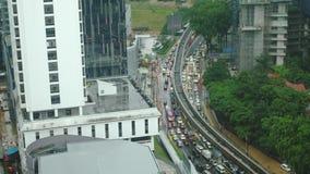 Luchttop down mening van opstopping op een autobrug tijdens regen 3840x2160, 4K stock videobeelden