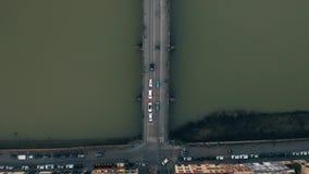 Luchttop down mening van smalle straten, betegelde daken en de Arno-rivier in Florence, Italië stock videobeelden
