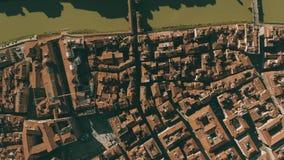 Luchttop down mening van smalle straten, betegelde daken en vierkanten in Florence, Italië stock video