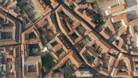 Luchttop down mening van straten en betegelde huizen in Alexandria Piemonte, Italië stock footage
