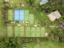 Luchttop down mening van tenniscentrum en faciliteit en hoven royalty-vrije stock fotografie