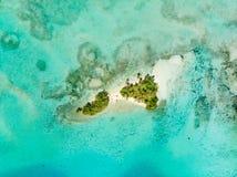 Luchttop down van de Eilandensumatra van meningsbanyak de tropische archipel Indonesië, Aceh, strand van het koraalrif het witte  royalty-vrije stock foto